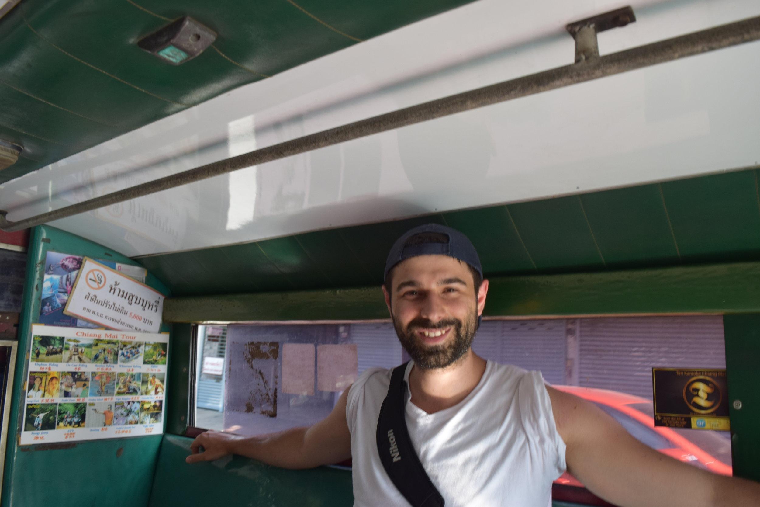 A bordo di uno degli ubiqui e ultra-caratteristici songthaew, un mezzo di trasporto impossibile da ignorare a Chiang Mai, un'interessantissima città nel nord della Thailandia.
