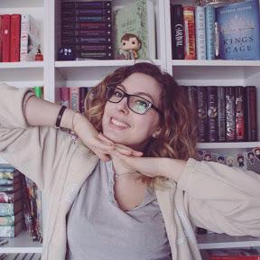 """FairyWithHobbitFeet - Chantal ama l'inverno e il freddo, il Mainagioia è il suo fedele compagno di vita e infatti se dovesse appartenere ad una famiglia del """"Trono di Spade"""" dice che sarebbe quella degli Stark.Quando il sole splende sulla Contea trova piacevole fare lunghe passeggiate e fumare Erba pipa.Nel tempo libero gestisce FairyWithHobbitFeet: un canale dove può dare libero sfogo alle sue passioni.Chantal ama scrivere per dare vita a personaggi e mondi che esistono solo nella sua testa."""
