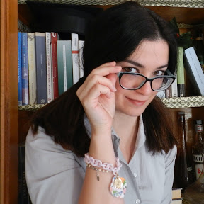 La Pin Up dei Libri - Alessandra si definisce una 'napoletana con tutta l'autostrada del Sole nel curriculum'.Ha aperto il suo canale YouTube a fine 2015, appena laureata:all'inizio voleva condividere quello che era stato il suo percorso di studi, e fornire qualche suggerimento, così ha girato video sul metodo di studio, come presentarsi preparati a un esame etc. In seguito èpassata a video inerenti ai libri letti per passione, quindi book haul, wrap up e così via.