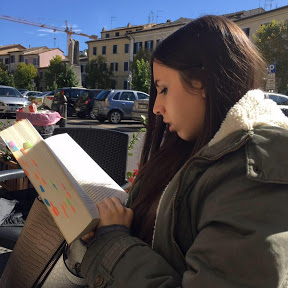 Clarissa - QuestioneDiLibri - Clarissa ha studiato Lingua dei Segni Italiana. In realtà nasce come Bookblogger e i libri sono la sua più grande passione.Il suo canale Youtube sta lentamente diventando il modo migliore per esprimere questa passione nella community.