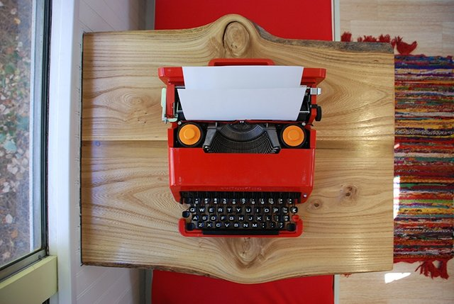 skoolielove-table-typewriter-old-interior.jpg