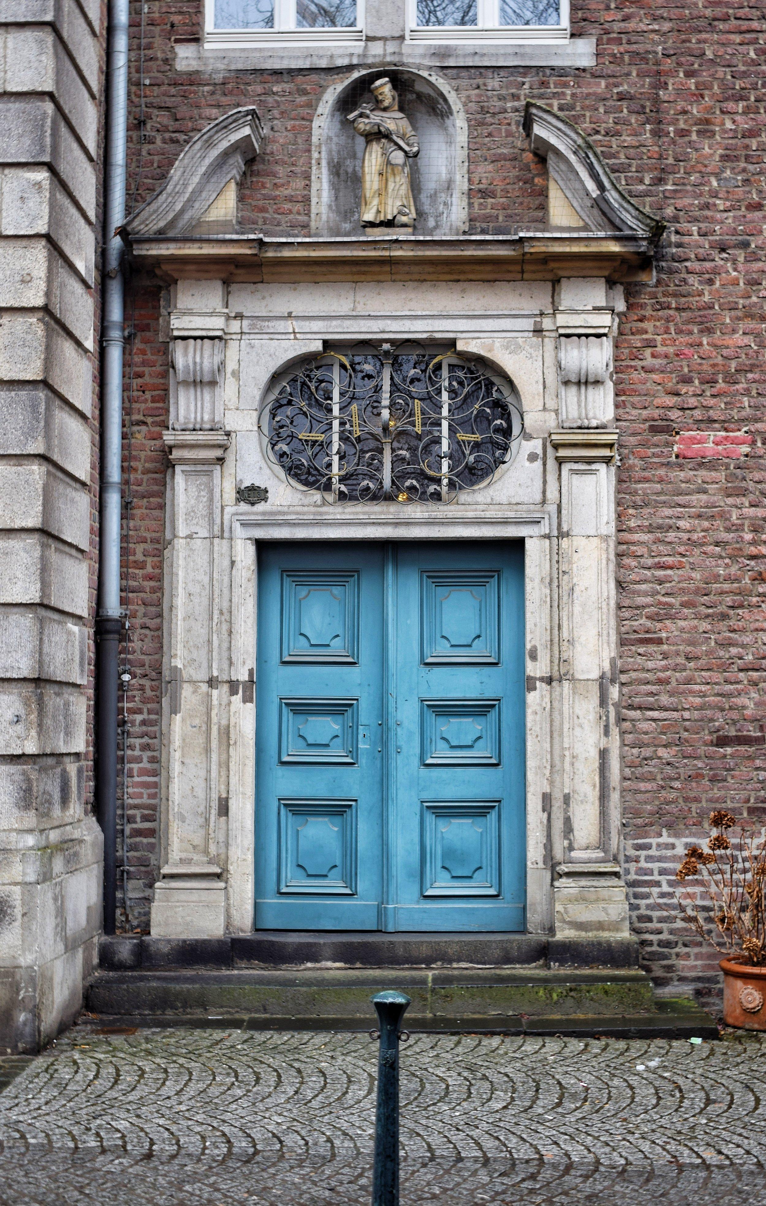 Door-In-Düsseldorf-Brown-Leather-Book