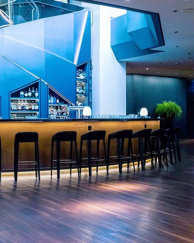 Cool and classy 🔷 -  #welltravelled #agameoftones #passionpassport #travelawesome #awesomeearth #huffpostgram #cntraveler #bestdiscovery #searchwondercollect #discoverglobe #openmyworld #beautifuldestinations #artofvisuals #exploremore #ourplanetdaily #Düsseldorf #germany #hotelnikko #hoteldüsseldorf #ambientlight #ambience #ootd #animation #terracotta #brownleatherbook