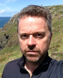 Sean Thomas ( conosciuto con lo pseudonimo di S.K. Tremayne)