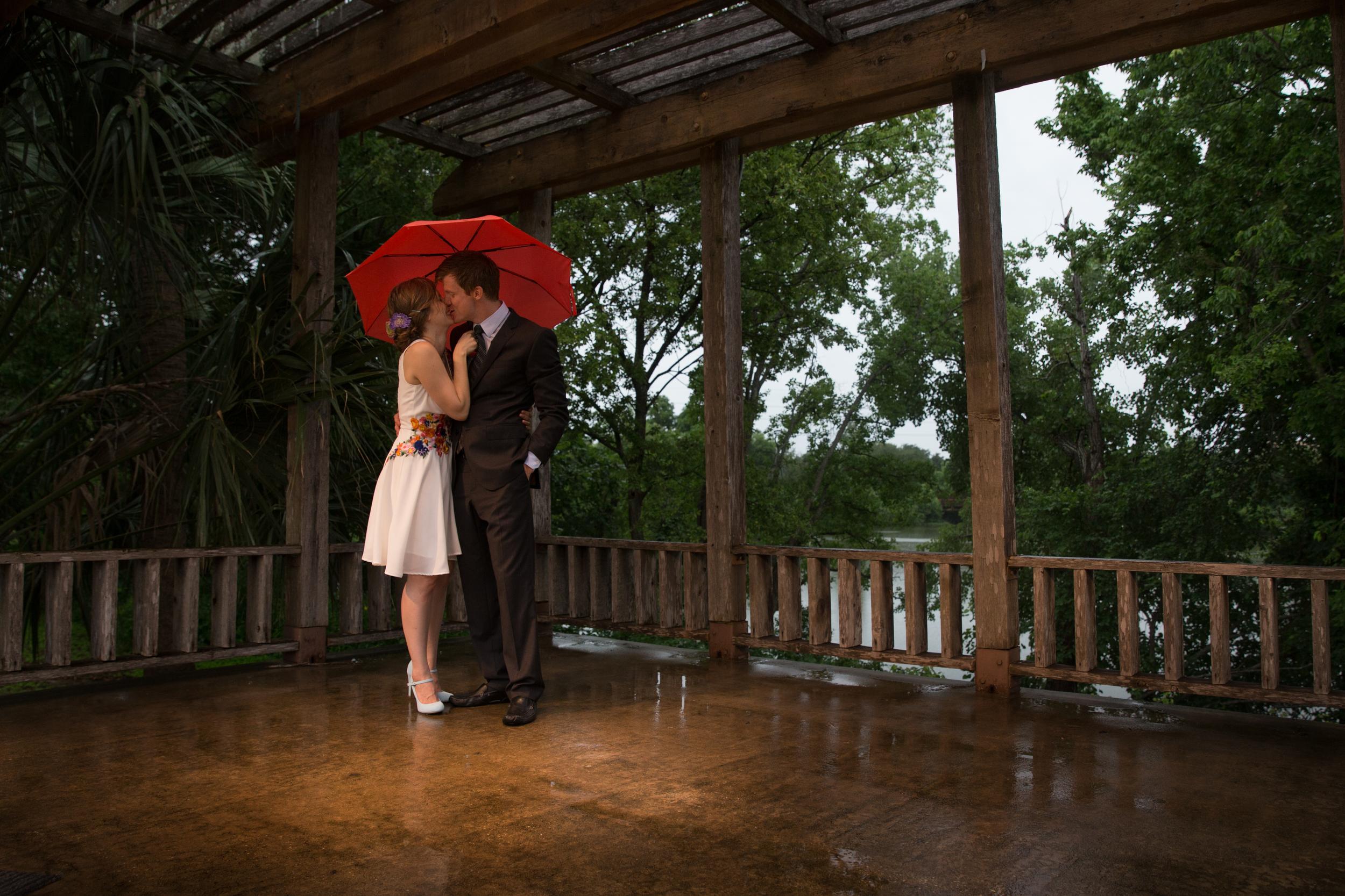 A Rainy Kiss || Austin, Texas Wedding