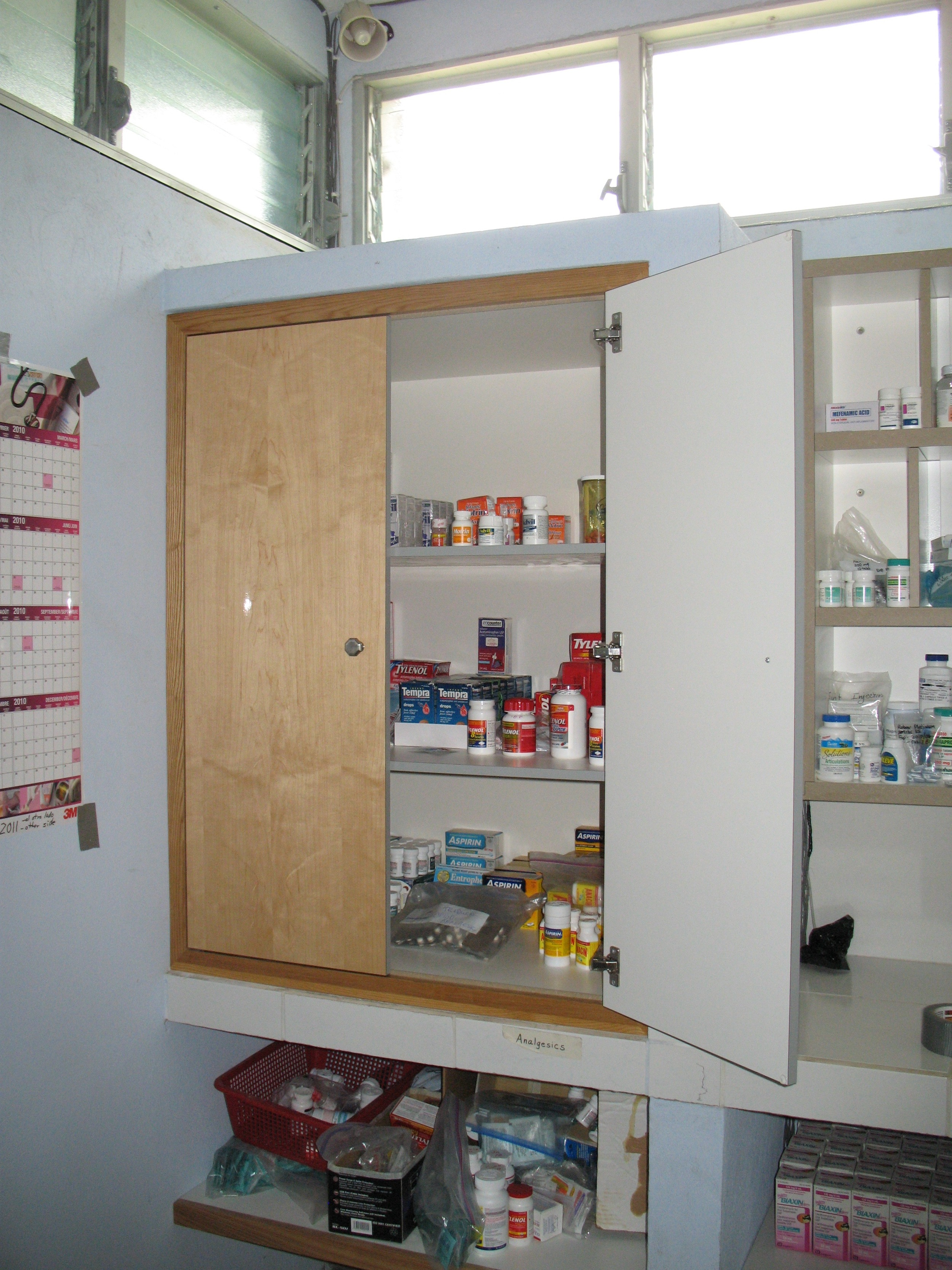 Lockable medicine cabinet