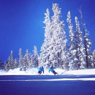 Winter is BACK! #aspensnowmass #sentientjet #hevert_usa #snowmagazine #pocsports #lekiusa #aspenco #epic #aspendivas #argenteam #visitcolorado