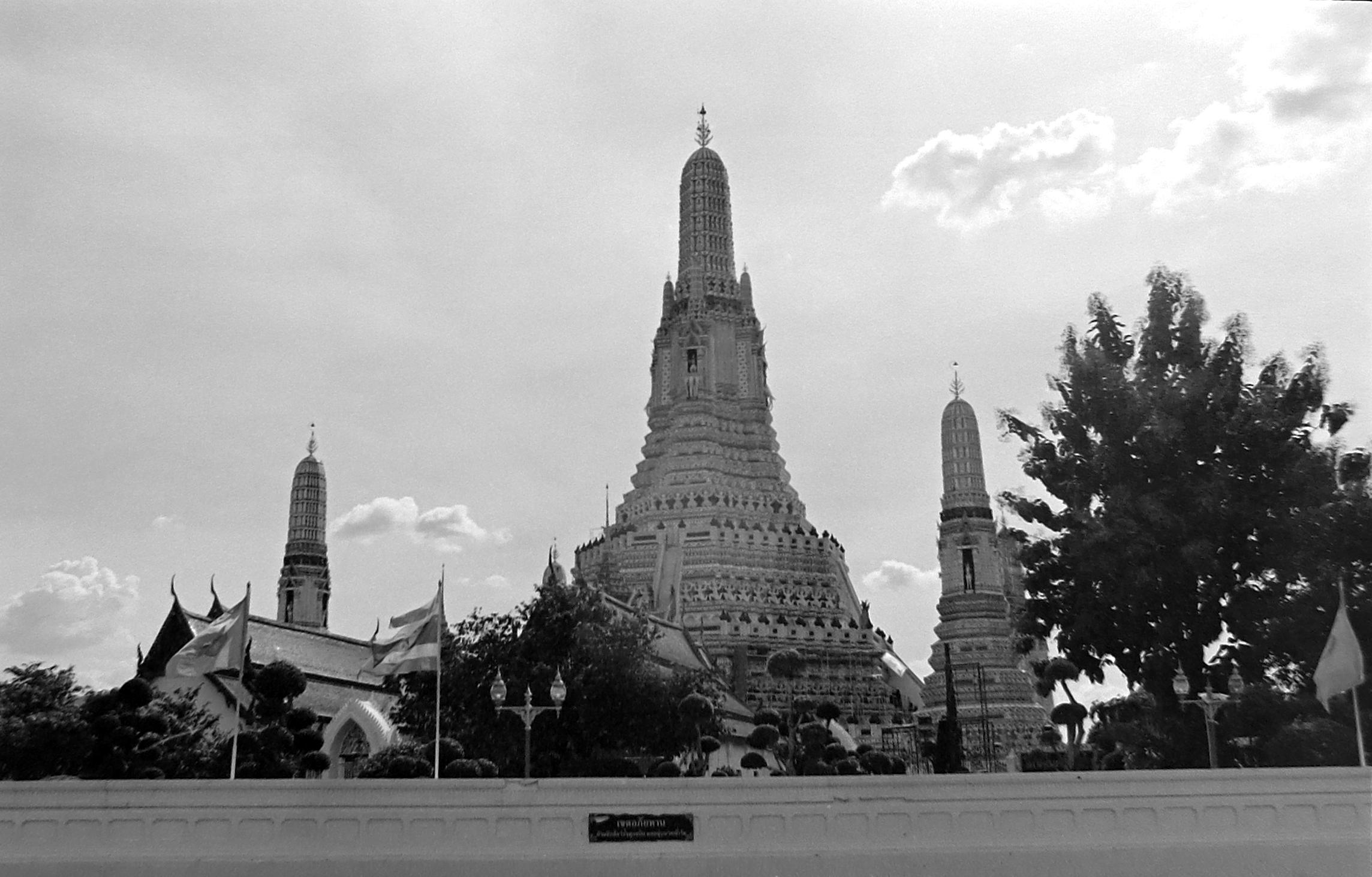 chromacomaphoto street photography bangkok thailand tri x 400 nikon f2 35mm ais Wat Arun Black and White.JPG