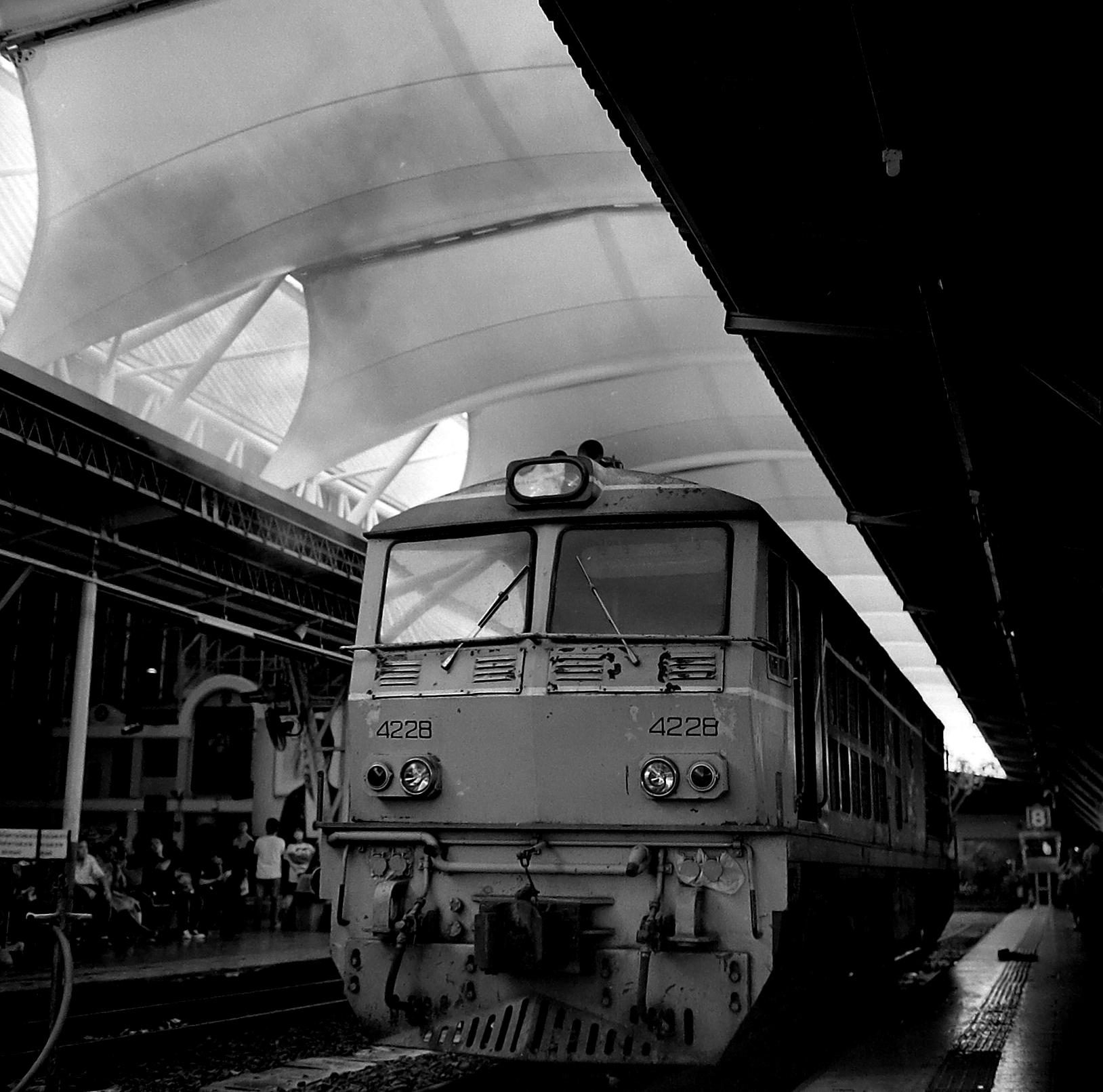 Chromacomaphoto street photography bangkok thailand delta 400 rolleiflex e 28 xenotar hualamphong (4).JPG