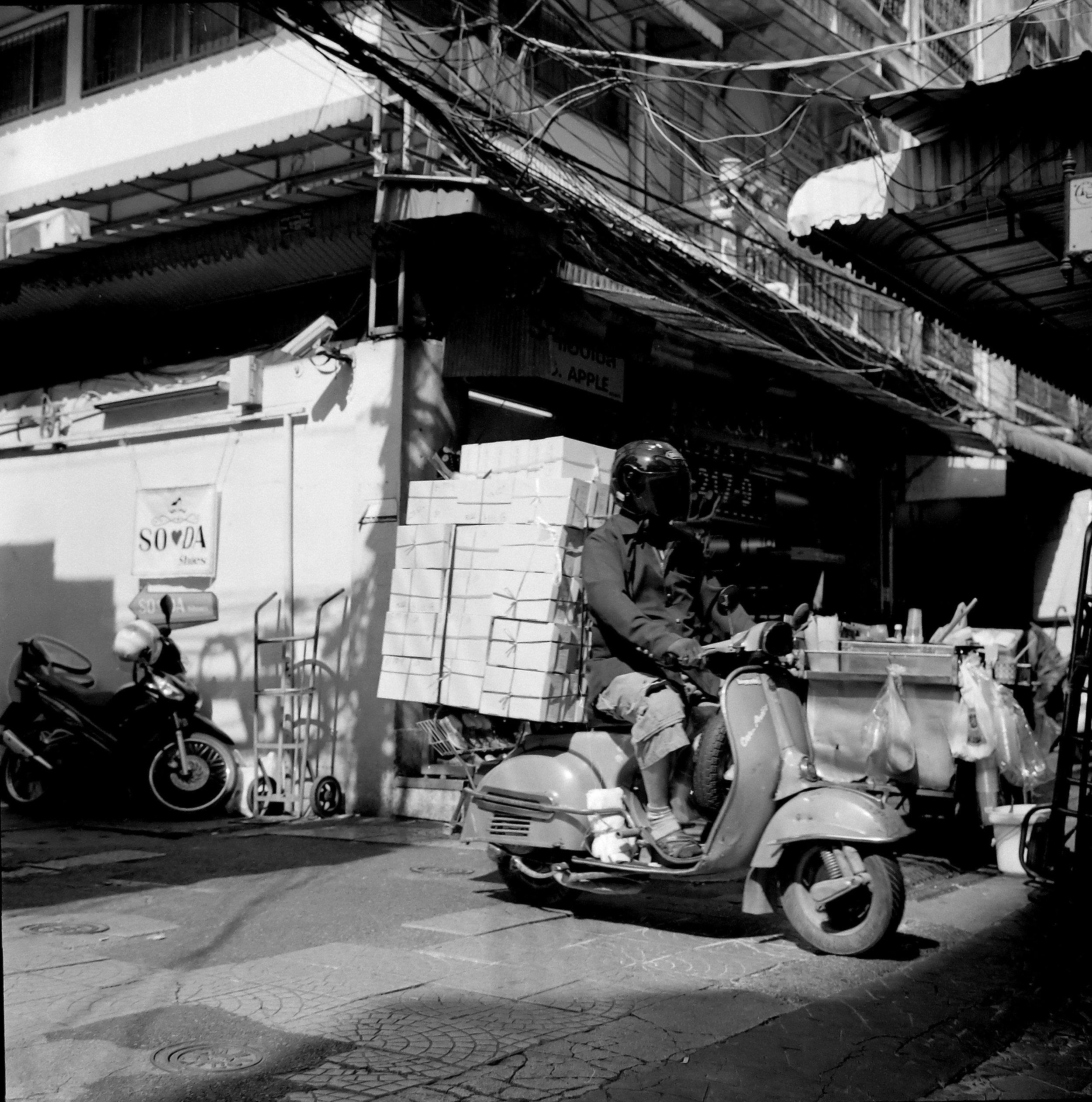 Chromacomaphoto Street photography guide bangkok thailand chinatown rolleiflex delta 400 (9).JPG