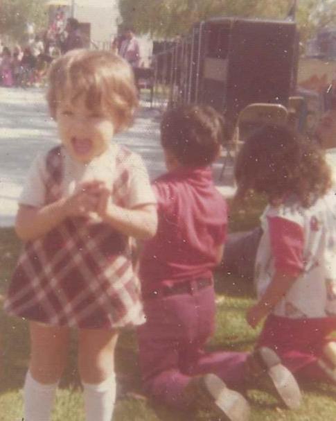 Annette Marie Moreno a los 3 años, detrás están sus hermanos Eli y Lillian.