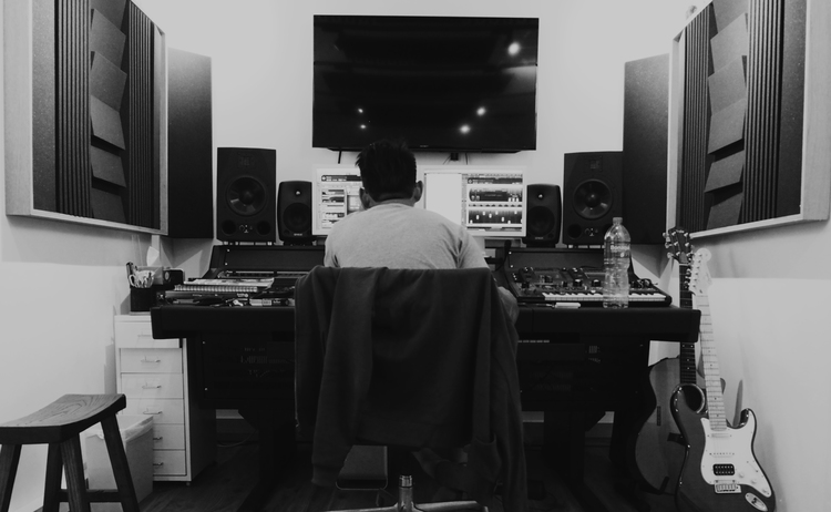 在 後期的世界裏 Music Compose 是過程中的最後一關.音樂是整條片的骨幹,如 Music Composer 作的曲未能達到 Director, Agency或 Clients 心目中的要求時, 整個 Project 便變得失色, 所以㱘力是很大的, 奈何 Music Composer 像導演一樣是寂寞的行業,往往要自己一個去解決所有的問題,而長年累月的㱘力最後會成為這種人的小宇宙, 日捽夜捽, 最後便成為一把鋒利的刀 !!