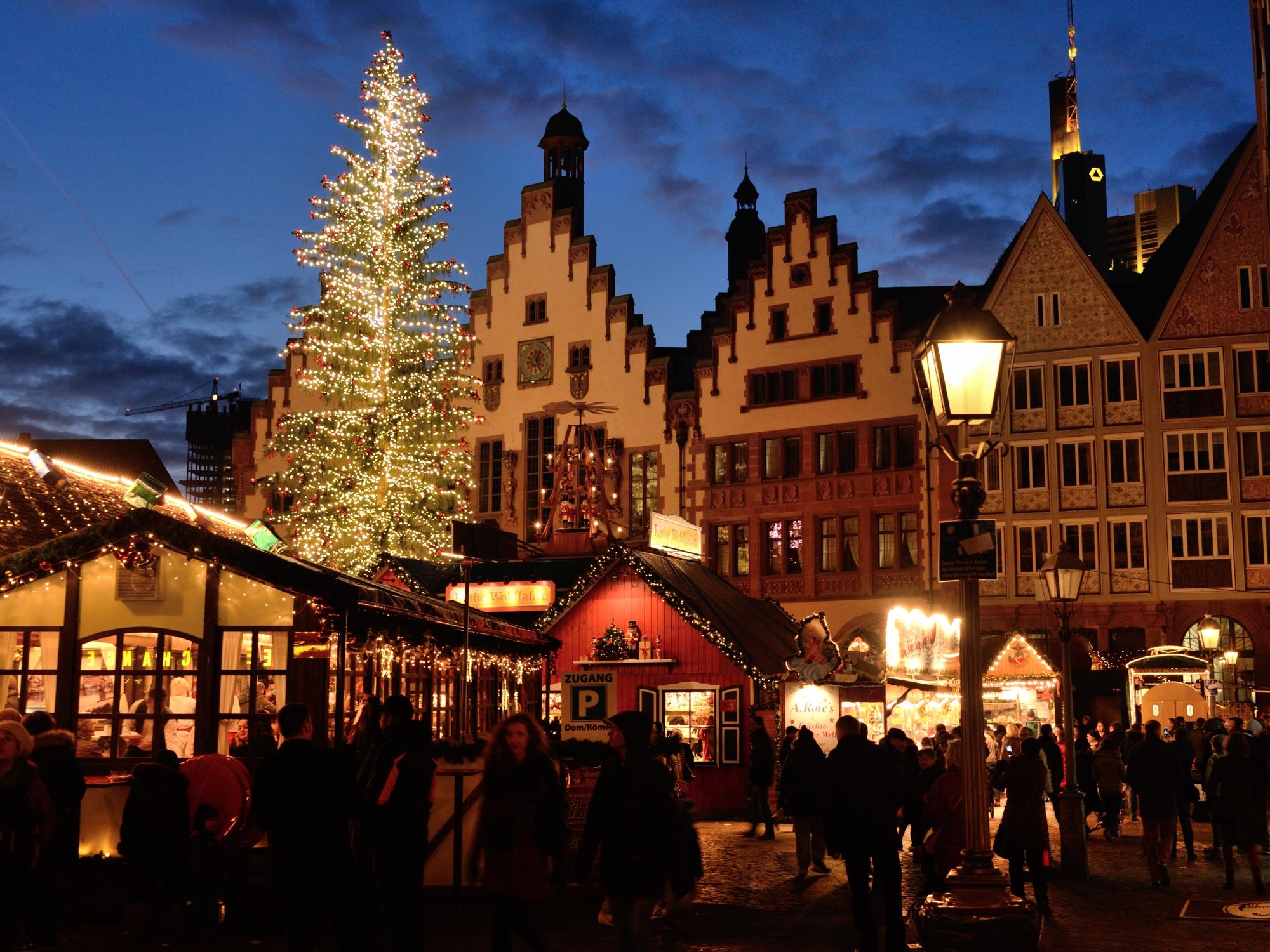 Frankfurt Römerberg - town hall and Christmas tree