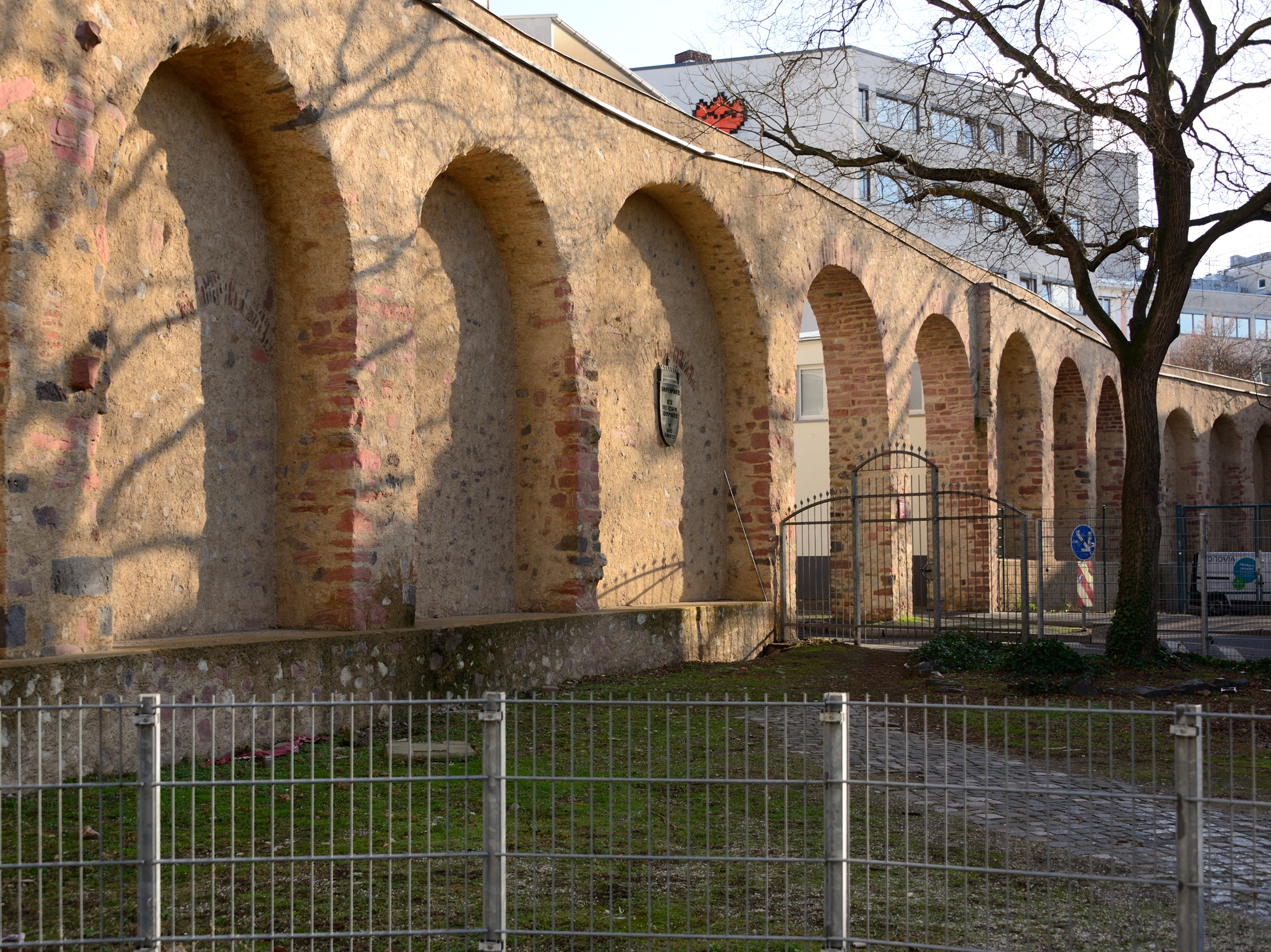 An der Staufenmauer, at the junction of Fahrgasse and Töngesgasse