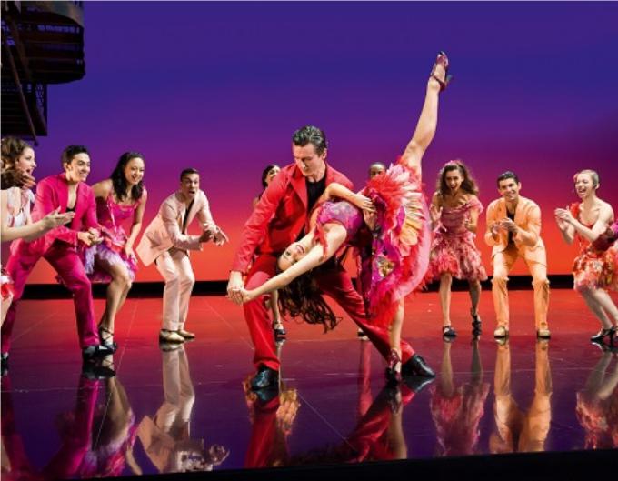 5 / West Side Story - 1957, (Leonard Bernstein / Stephen Sondheim) © Nilz Boehme.S'il n'y en avait qu'une, ce serait celle-ci. Inspiré de Roméo et Juliette, West Side story grâce à son livret, sa musique et les numéros de danse de Jerome Robbins est le chef-d'œuvre absolu de la Comédie Musicale.