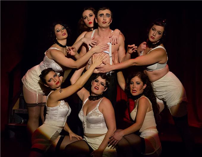 7 / Cabaret - 1966, (John Kander / Fred Ebb) ©Photos courtesy of Ron Stiel.Life is a Cabaret ! Sally Bowles, la chanteuse du Kit Kat Klub est tout simplement inoubliable. Willkommen, bienvenue, welcome dans cette comédie musicale avec en toile de fond la montée du nazisme.