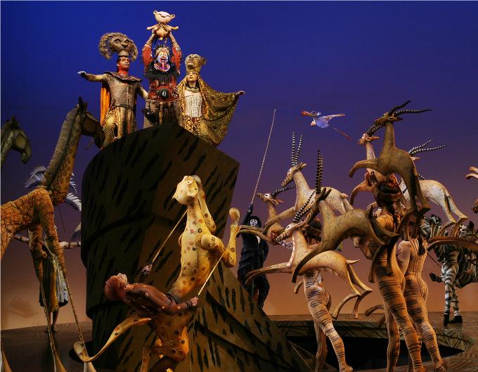 15 / The Lion King - 1997,(Elton John / Tim Rice)© DR.L'un des plus grands succès récents de la Comédie Musicale est né de la rencontre entre les Studios Disney, Elton John le célèbre compositeur de tubes et Julie Taymor, metteur en scène inspirée. Un incontournable…