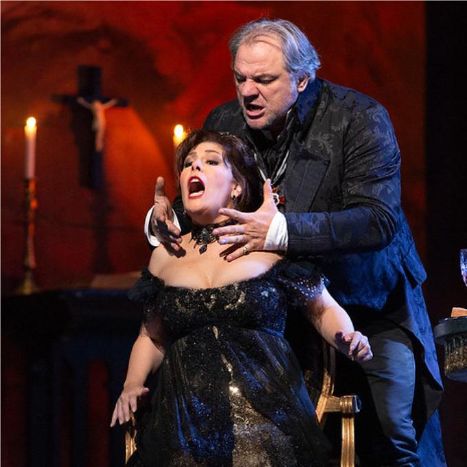 2) Il Barone Scarpia - Tosca (Puccini)Tout Rome tremble devant lui et comme il veut posséder à tout prix Tosca la superbe, le libidineux baron Scarpia commet les méfaits les plus abjects : abus de pouvoir, chantage, mensonge, torture et meurtre. Mais gare au tranchant du baiser de Tosca ! Grâce à la puissance de la musique de Puccini notamment dans un Te Deum impressionnant, Scarpia est le plus réussi des méchants de l'opéra.© Marty Sohl / Met Opera