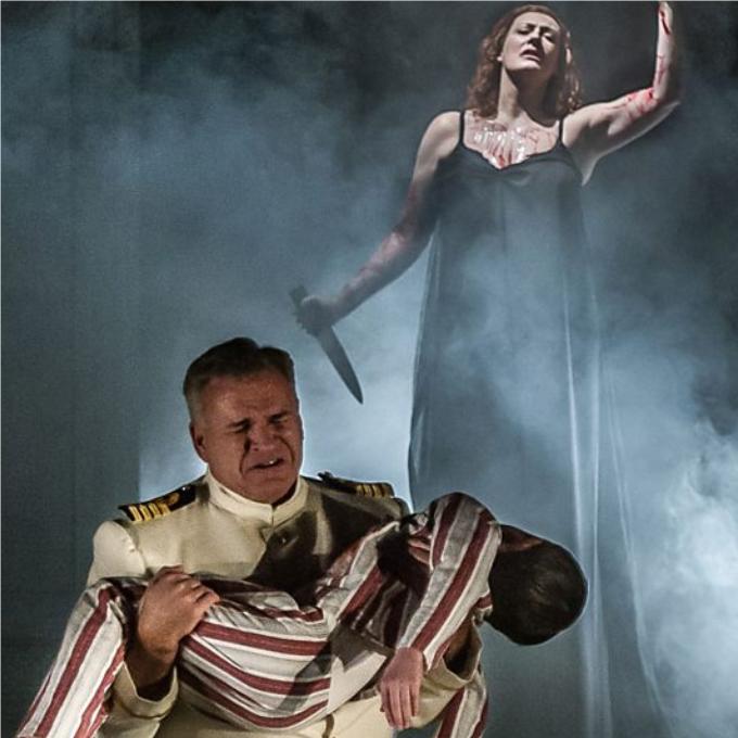 3) Médée - (dans les opéras de Cavalli, Charpentier, Cherubini, Mayr, Milhaud, etc.)Ce n'est pas tant le personnage mais son acte qui est horrible. Médée est une femme bafouée qui commet l'irréparable en tuant sa rivale et surtout, en sacrifiant ses propres enfants. Le mythe a inspiré une cinquantaine d'opéras dont ceux de Cavalli, Charpentier et Cherubini (le plus connu) et même le cinéma avec Pasolini qui a offert son dernier rôle (muet !) à Maria Callas.© Clive Barda