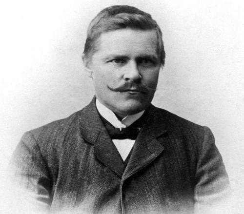 """Anders Larsen (1870-1949) - Anders var en viktig lokal personlighet gjennom sitt liv som lærer, redaktør og forfatter. Han flyttet i 1918 til Sørvik som bare ligger et steinkast unna Márkomeannus festivalområde. Han skrev den første samiske romanen """"Bæivve-Alggo"""" som handlet om sjøsamens Ábo Eiras livsfaser, og inneholder skildringer om fornorskningspolitikkens konsekvenser for det samiske språket og samenes eget selvbilde. Med romanen ønsket han å motvirke samenes følelse av mindreverdighet ovenfor de norske, samtidig som han protesterte mot det norske storsamfunnets sameforakt. Larsen var redaktør i den viktige samiske avisen Sagai Muittalægje (Nyhetsfortelleren) som kom ut to ganger i måneden i årene (1904-1911). Denne avisen gjorde kampanjen som ga Isak Saba en plass på Stortinget, og trykket samefolkets sang for første gang. Avisen vil vi også vekke til live igjen på festivalen, og den skal gis ut både i forkant og under festivalen. Som lokal helt har Larsen hatt en viktig rolle for sjøsamenes identitetskamp. I det fiktive samfunnet vil han være symbolet for å finne kjærlighet og stolthet til egen identitet, og hjelpe folk å samle seg og stå sammen mot verdensmakten som er preget av rasisme og vold."""