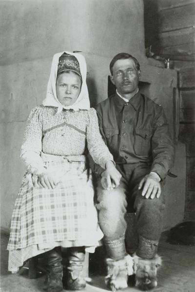 """Jaako Sverloff - Jaako Sverloff var leder for Suenjel siida gjennom andre verdenskrig, den perioden da siidaen ble ødelagt av krigshandlingene i den finske ishavsarmen. Hele hans folk måtte flykte hals over hode, og etter at grenseendringene i 1945 var ferdige, ble siidaen deres liggende i Sovjetunionen. Sverloff sto som en påle gjennom prosessen med å finne et nytt område hvor sunejlefolket kunne leve. Dette landet fant de i Sevettijärvi. Sverloff´s historie, fortalt til Reidar Hirsti i boka """"Suenjelfolket ved veis ende"""", er basis for en fiksjonell framstilling av ham. Sverloff representerer kompetansen i å bygge opp et samfunn som er smadret av krefter utenfra. Han står for den indre styrken i et folk, kjærligheten til landet og tradisjonene, og viljen til å gjøre det som må til for at man som gruppe kan finne en ny mulighet for å leve videre.Foto:http://www.omnia.ie/index.php?navigation_function=2&navigation_item=%2F2021009%2FM012_SUK366_120&repid=1"""