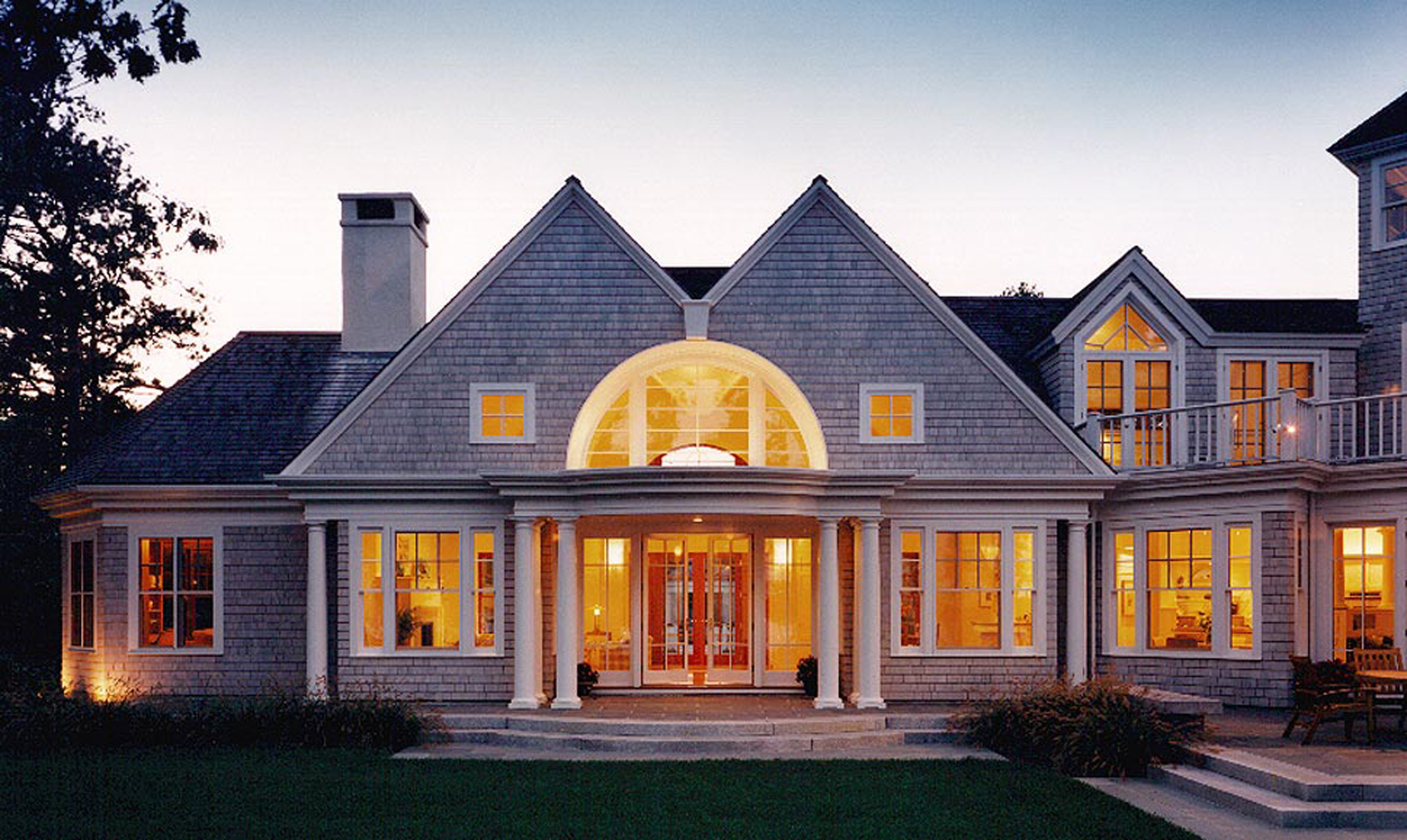 Lurie_cotuit_-_concealed_downspout_and_continuous_window_muntin_configuration.jpg