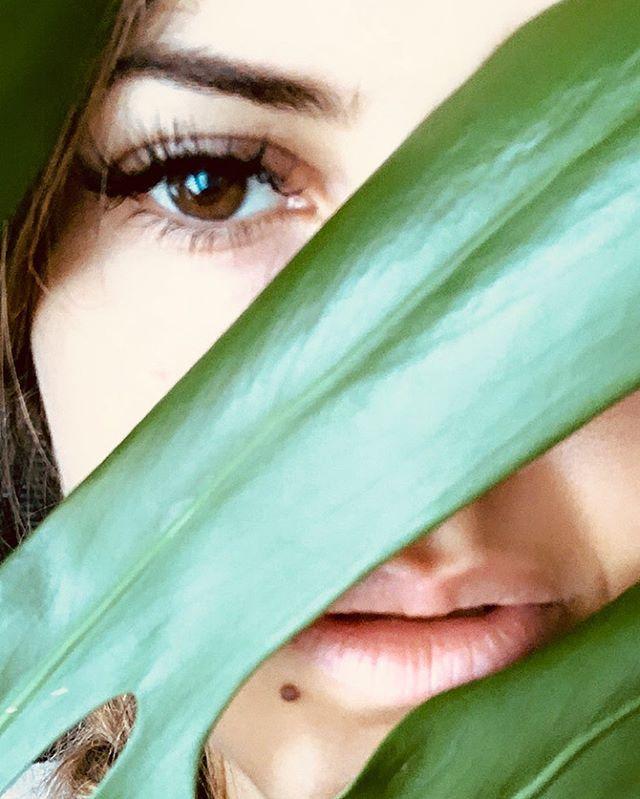 _ Les fleurs du mal ☘️ _ . . . . . . #federicasanteusanio #portrait #pointofview #baudelaire #photographer #blessedgirl