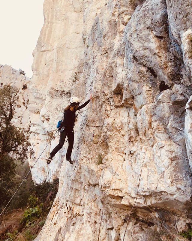 _...tutti giù per terra 🧗🏼♀️_ . . . . . #federicasanteusanio #pointofview #mountain #falesia #climbing #climbinggirl #climber