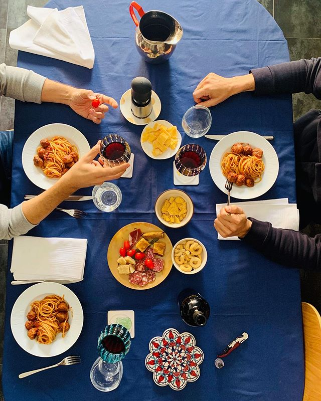 _ weekend is for family♥️ Quando invito a pranzo e dico che non ho nulla ma poi mi invento le polpette al sugo e allora ciao chef e ciao delivery!👩🍳 _ . . . . . . . . . . #federicasanteusanio #lifethroughmyeyes #photographylover #acting #lunch #brunch #sundaybrunch #homesweethome #friendship #meatballs #tablesetting #food #pointofview #foodlover