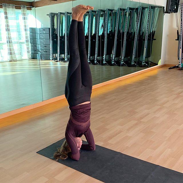 _ upside-down pose (se ne suggerisce l'assunzione lontano dai pasti)🧨_ . . . . . . . #federicasanteusanio #lifethroughmyeyes #photographer #photoofday #photographie #photoftheday #photographysouls #photographyislife #photographylover #acting #pointofview #catchmeifyoucan #smiling #loveyourself #yoga #yogapose #shirshasana #breathe