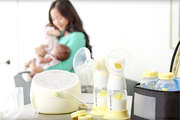 Who said Monday's aren't exciting 🧐?! - - - Thanks to @medela_us and @hipster_mouse my Monday is rocking 🙌🏼. - - - Thank you @medela_us 🙏for providing us with a Sonata Pump to giveaway, and thank you to @hipster_mouse 😘 to coming out to my @mommycon session. - - - I am so excited for you start this next chapter with a @medela_us in hand. Although, I may be partial 💁🏻‍♀️ - my Medela got me through 3 babies and I can't say enough about these pumps 🥰! - - - Here's to kickin' those Monday blues to the curb 💕. - - 📸 @medela_us - - - - - #giveaways #normalizebreastfeeding #mommyconorlando #lactationconsultant #breastfeedingblogs #breastpumps #medelabreastpump #medela #breastfeedingtips #breastfeedinghelp #orlandomoms #orlandomom #pregnancyorlando #orlandoparents #orlandoblogger #igersorlando #momblog #mommybloggers #healthblogger #familyhealthtips