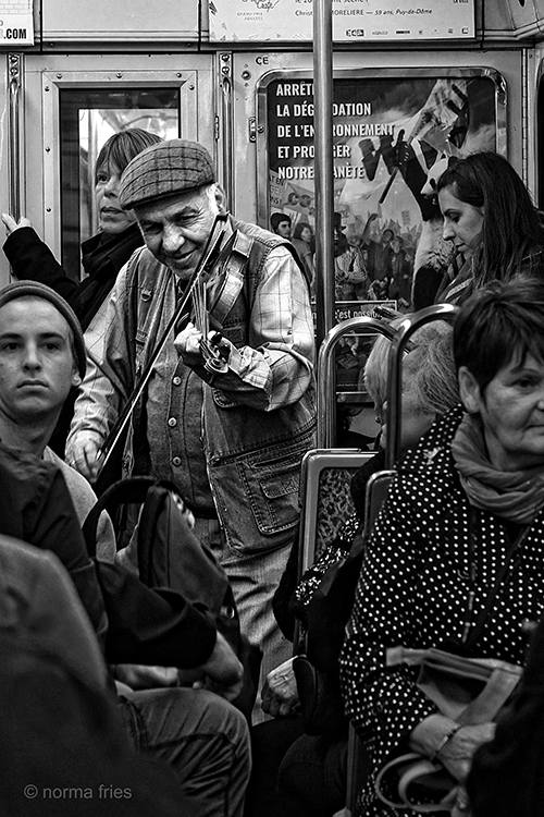 FR402: Paris: Metro fiddler