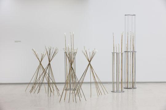 mon santo (version), 2017 Aluminium, Bambus, Clay und Schnur. Dimension variabel