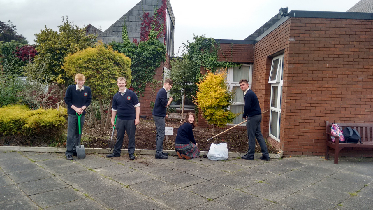 Some TY students helping to prepare the flowerbeds for planting this afternoon.