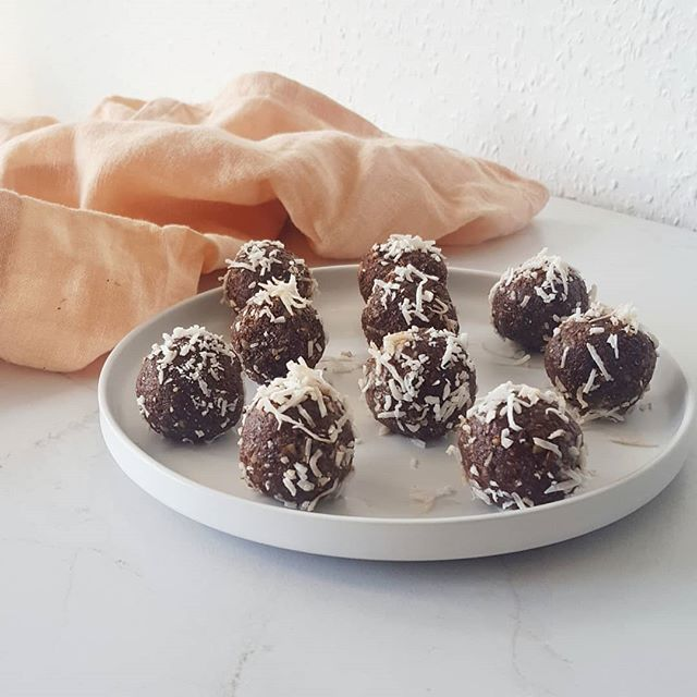 Here it is 🙌 My hormone balancing bliss ball recipe 🤗 So many of you were interested in this recipe so it'd be rude of me not to share it!  This recipe combines lots of goodies the body requires to help support hormonal balance AND they taste amazing! (And you don't have to only have a hormonal imbalance to enjoy them). Head to my website www.nataliebrady.co.nz for the recipe (or click the link in my bio to be taken there) 😎😋#NBnutrition #hormonalbalace . . . . . . . . .  #sugarfreelife #sugarfreerecipes #nutritioncoach #nutritionaltherapy #healthyrecipeideas #healthysnackideas #nutritionistapproved #healthbloggers #healthierme #healthierlife #healthyskinfood #whatieat #healthyrecipeideas #sugarfreedessert #pcosfighter #hormonalhealth #hormonebalancing #hormonesupport #nourishyourskin #fatballs #5minutesnacks #flexiblemealplan #allfoodsfit #ditchthediet #nondietapproach #foodisnottheenemy #integrativenutrition #nutritionschool #ambitionista