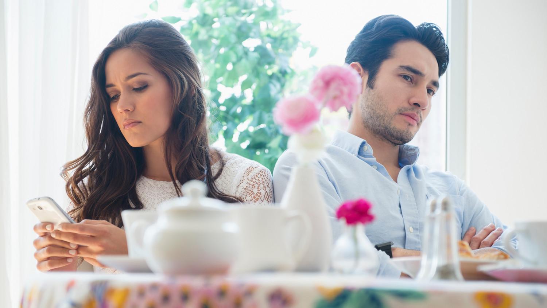 angry-couple-argument-in-restaurant-cell-phone-0116_horiz.jpg