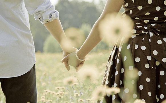 4243157-cute-couple-holding-hands-wallpapers.jpg