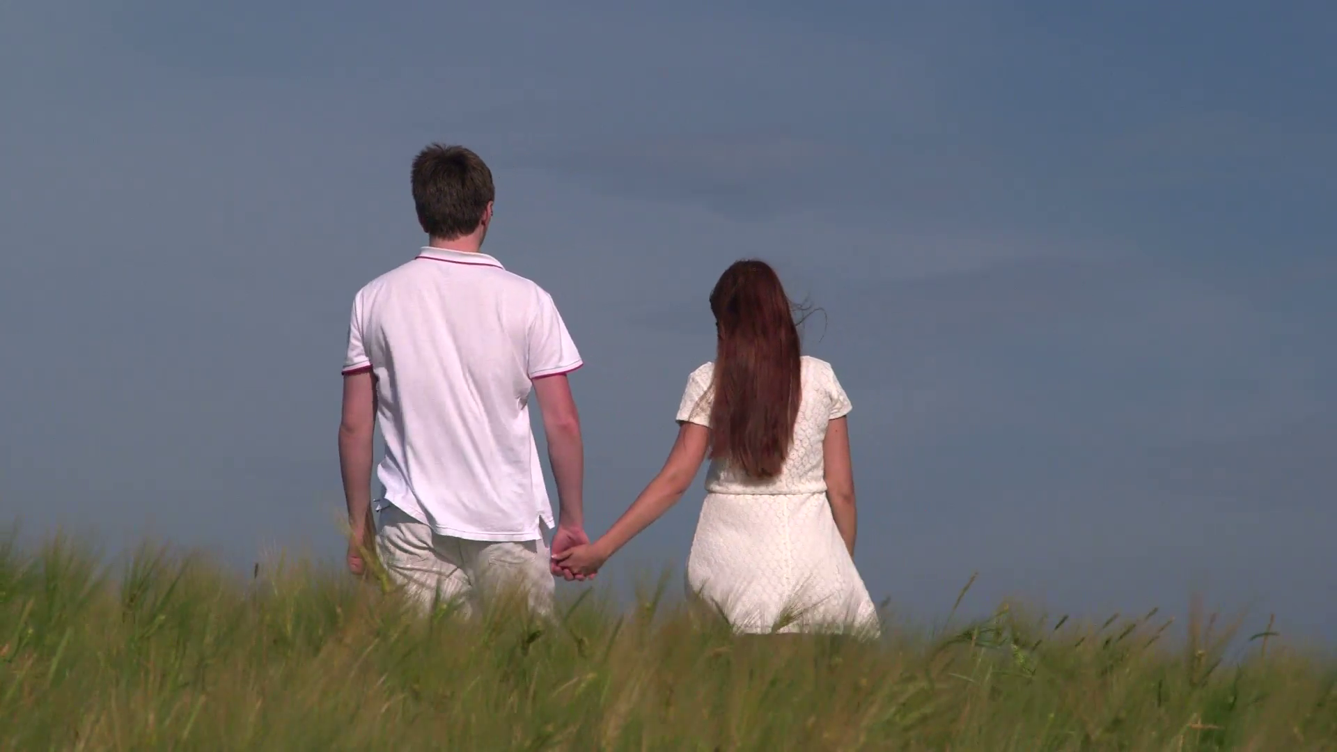 young-couple-holding-hands-and-walking-through-wheat-field_4_gjto9tke__F0000.png