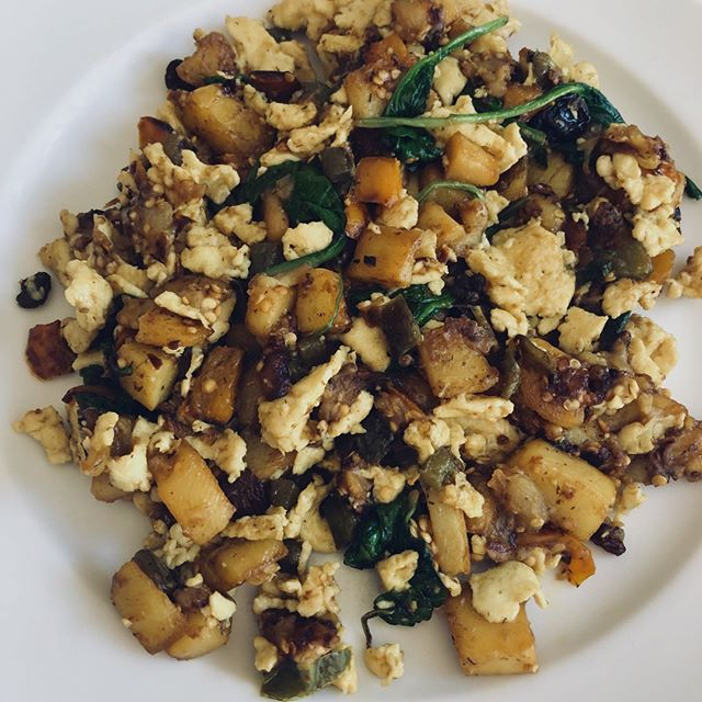 BY ME: Potatoes, eggplant, bell peppers, spinach and scrambled eggs. Seasoned with paprika, cajun mix and olive oil.⠀ •⠀ #eeeeeeats #foodphotography #foodie #foods #spinach #eggs #bellpeppers #potatoes #eggplant #recipes #recipeideas