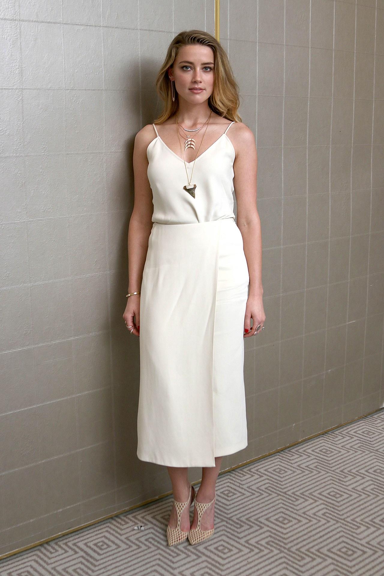 """El nombre de la marca está en polinesio y significa """"distante y remoto"""". Amber Heard lleva un vestido de la coleccion primavera - verano."""