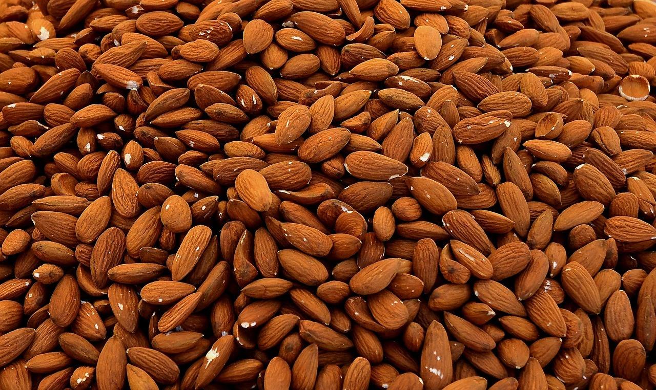 Almendras - La almendra es reconocida por su capacidad de suavizar la piel, dejando el cuerpo moldeado y esculpido.