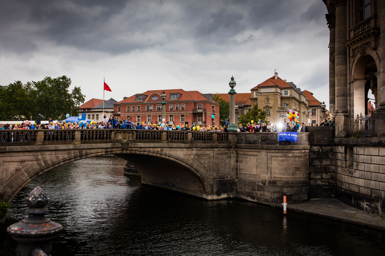 Dramatic view on the crowd that gathered despite the cancellation of the swimming. © Axel Schmidt