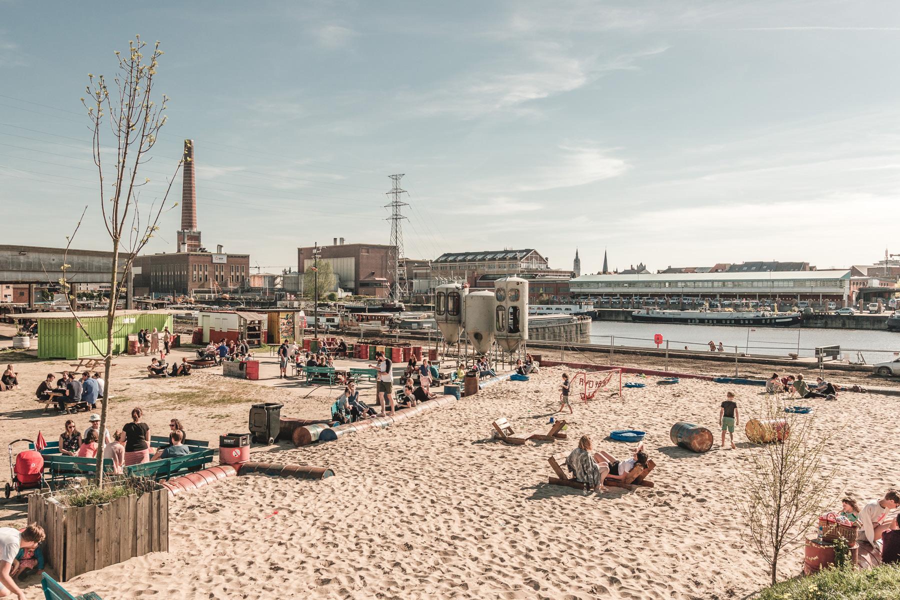 DOK Gent: a beach already today / une plage déjà aujourd'hui / al vandaag een strand.  ©  Michiel Devijver