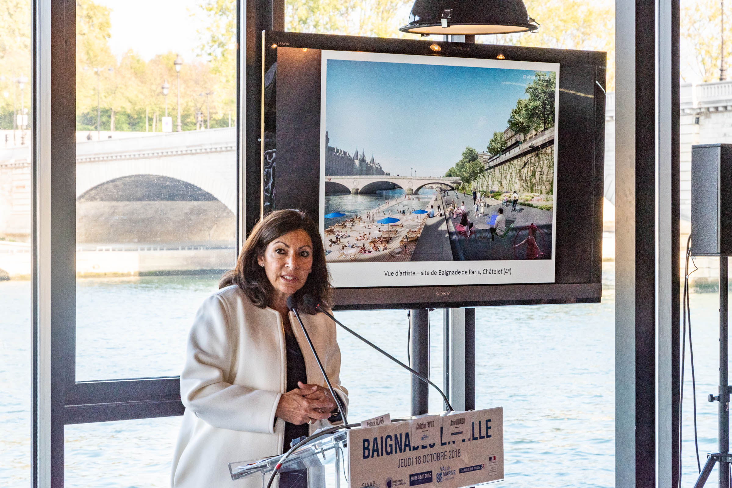 Anne Hidalgo in front of a visualization of one of the future swimming pools in the Seine, scheduled for completion in 2025.