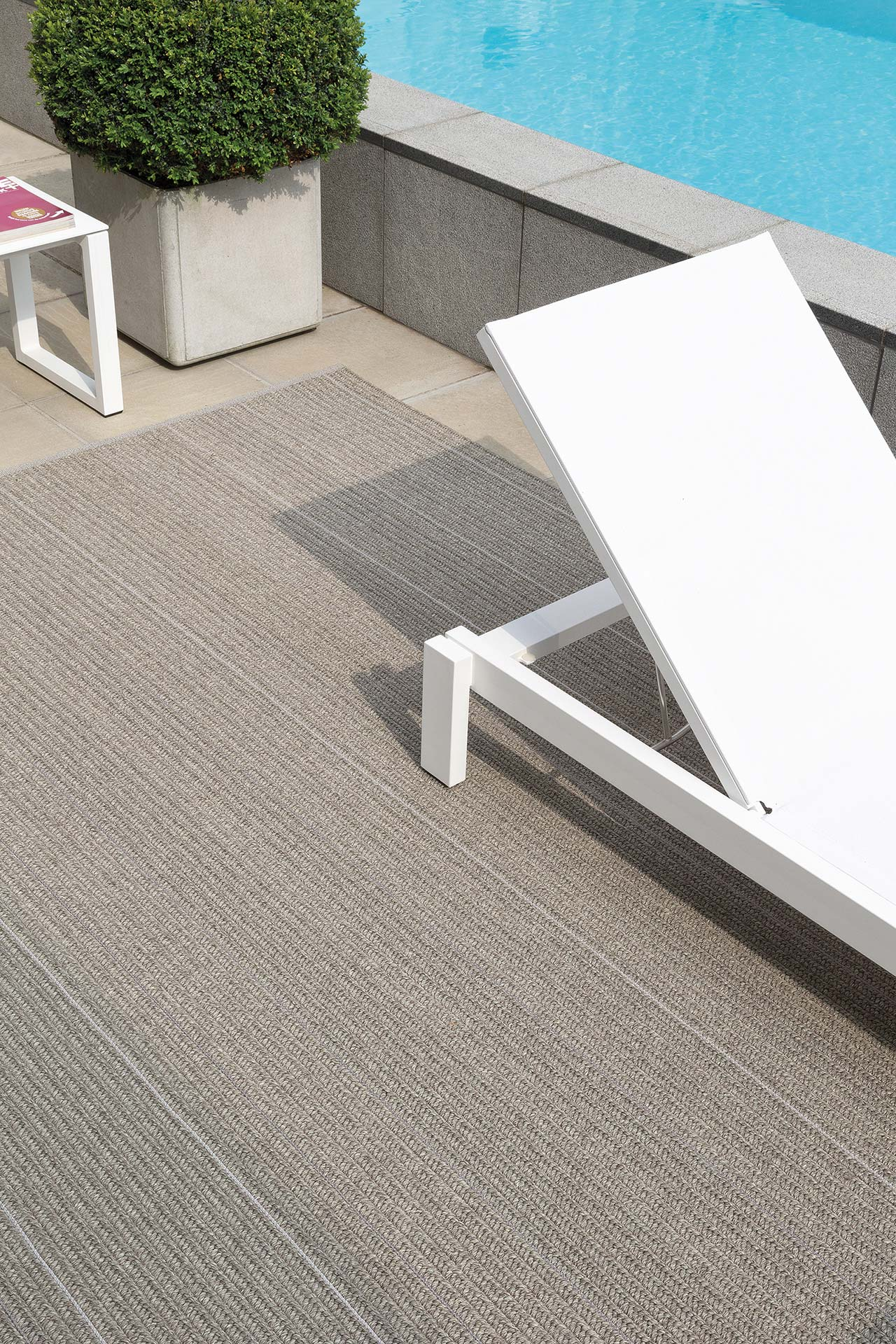 patio-moon-silver_sfeerbeeld_Limited-Edition_carpets.jpg