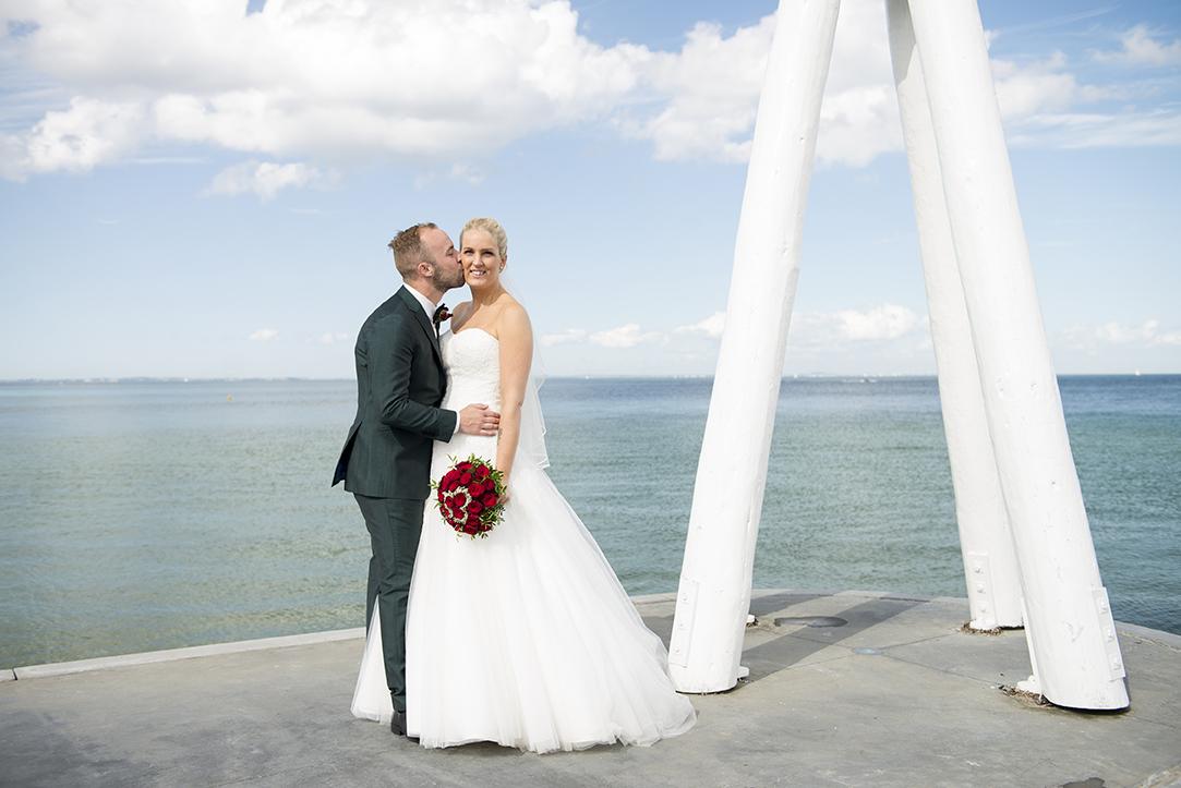 Bryllupspakke 2. - 5 timers fotografering. Dækker forberedelse hos brud, fotografering i kirken og opstillede billeder bagefter.Pris: 7.500 dkk