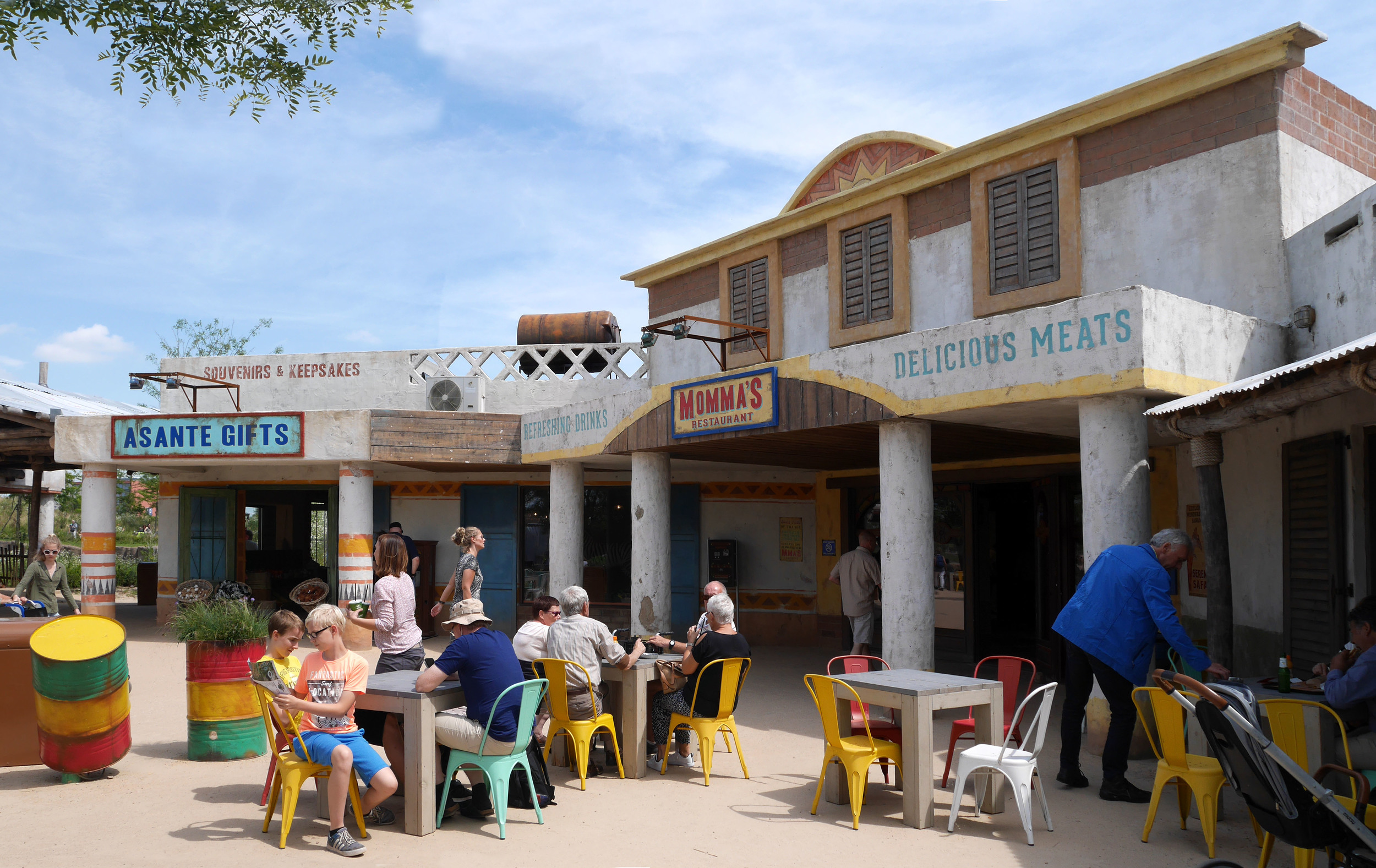 MOMMA'S RESTAURANT WILDLANDS <strong>| Colorful eatery that celebrates the styles and flavors of a traditional savanna village</strong>