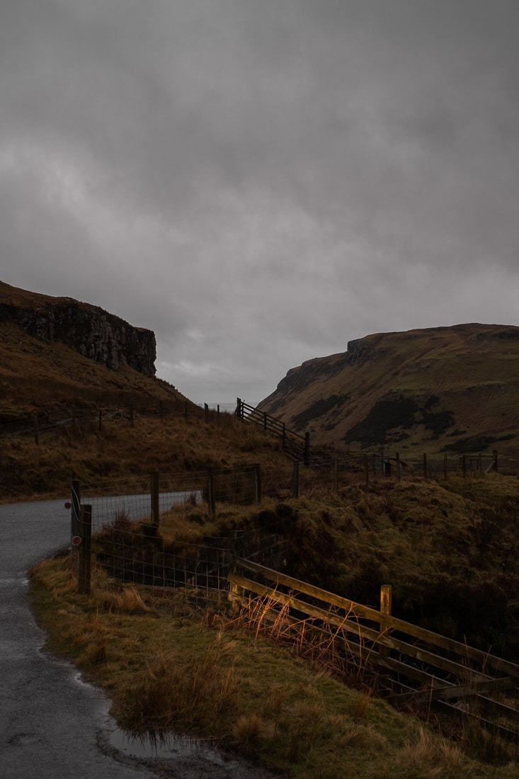 Broken fencing on the way to Talisker Bay –  Fujifilm X-Pro2  &  XF16-55mm WR  (1/60th, f4.5, ISO800)