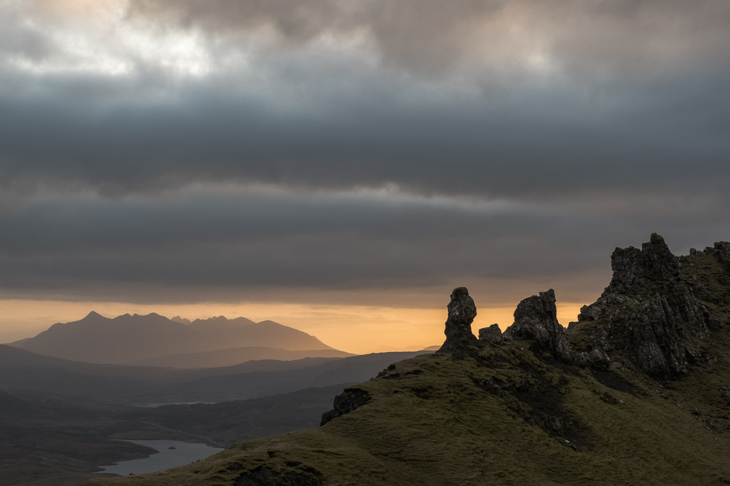 South view from the top of the Old Man of Storr (windy) –  Fujifilm X-Pro2  &  XF16-55mm WR  (1/125sec, f11, ISO1600)