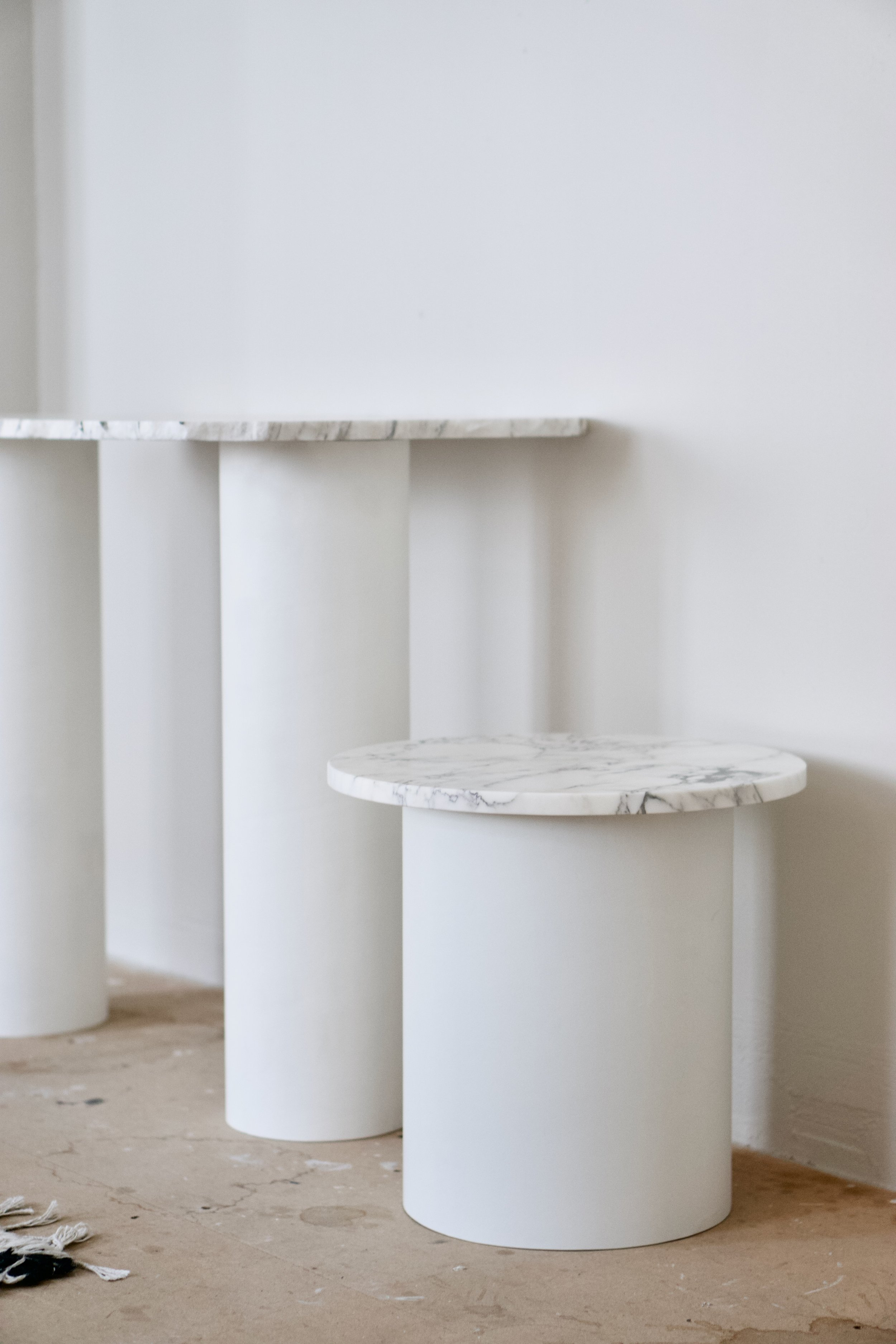 Circular table legs available in two dimensions, D 15 and D 25.
